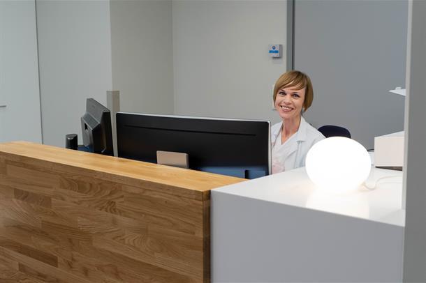 Lampen for synshemmede står på når noen er til stede i sykehusets åpne arbeidsstasjoner.