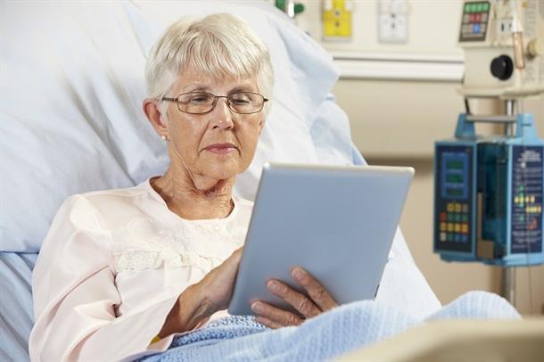 Eldre pasient med nettbrett
